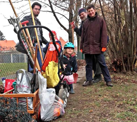 Teilnehmer der Trash Out Gemeinschaftinitiative in Gruna nach vollbrachter Arbeit