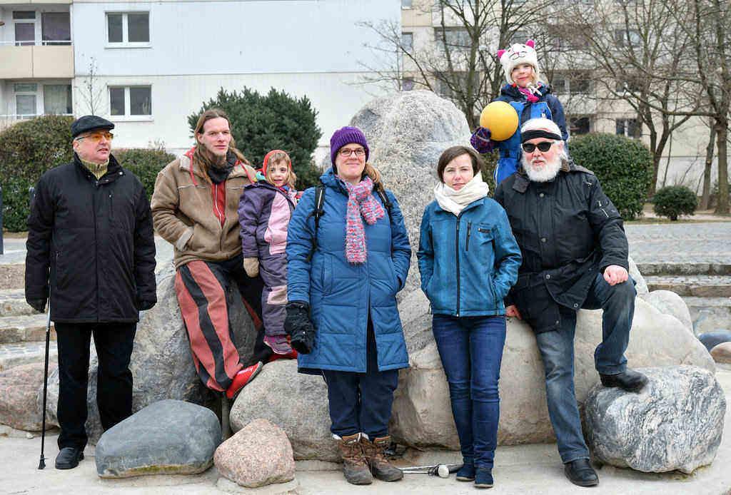 """Mitglieder der Interessengemeinschaft """"in Gruna leben"""" vor dem Findlingsbrunnen"""